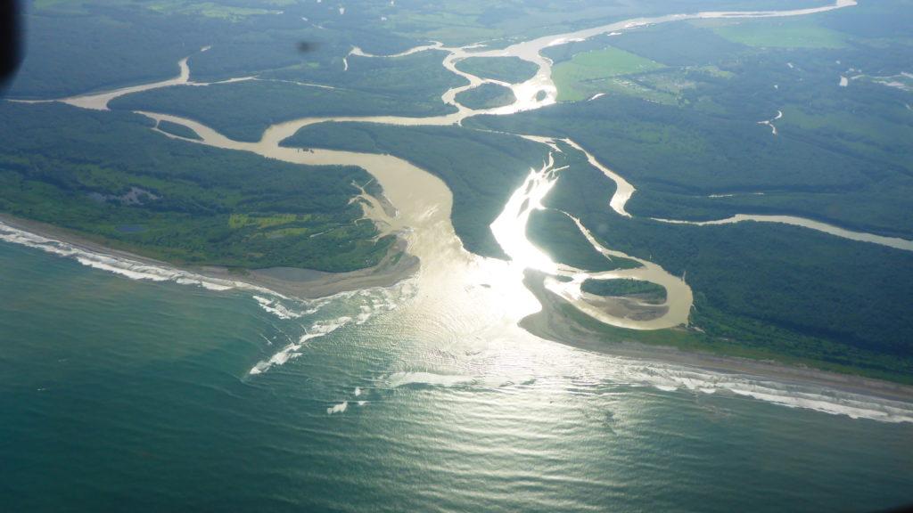 hier mischt sich das Süsswasser mit Salzwasser, daraus entstand der Name Golfo Dulce
