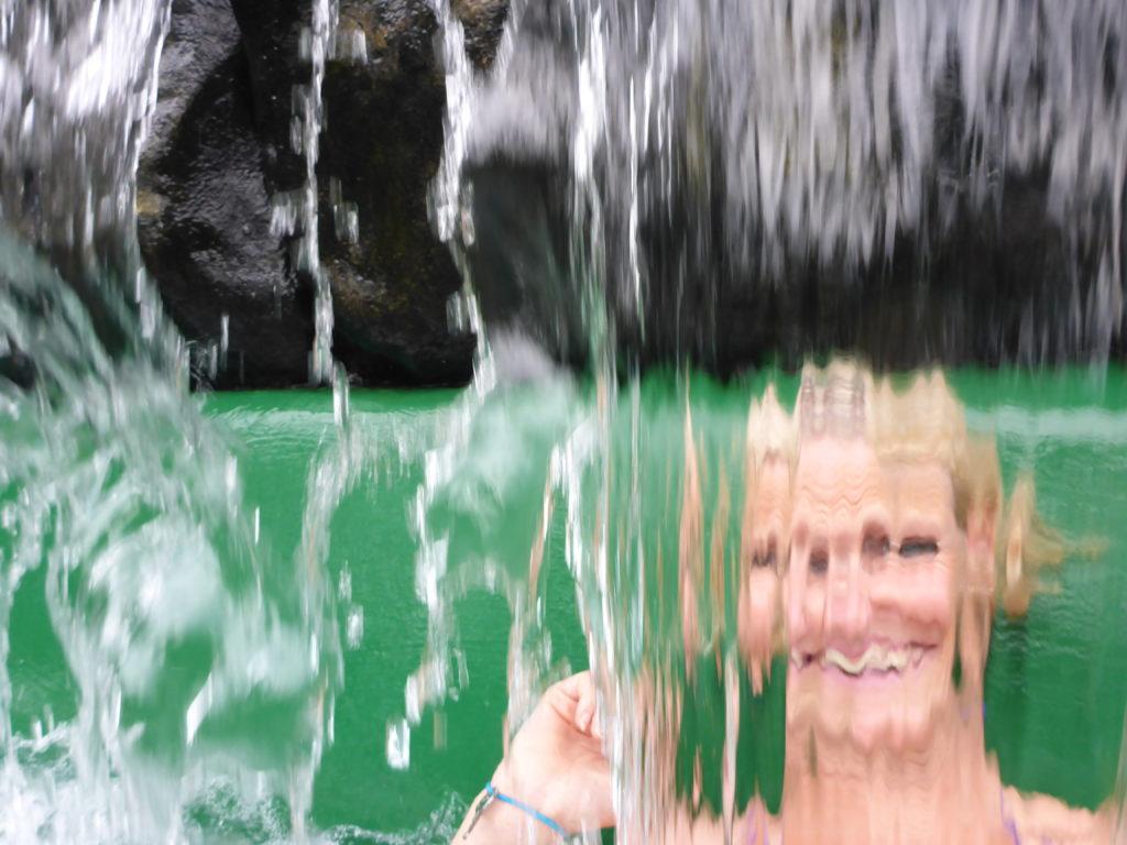 hinter dem Wasserfall
