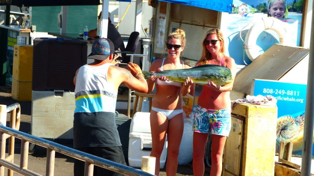 diese Mädels schmücken sich mit einem Fisch...