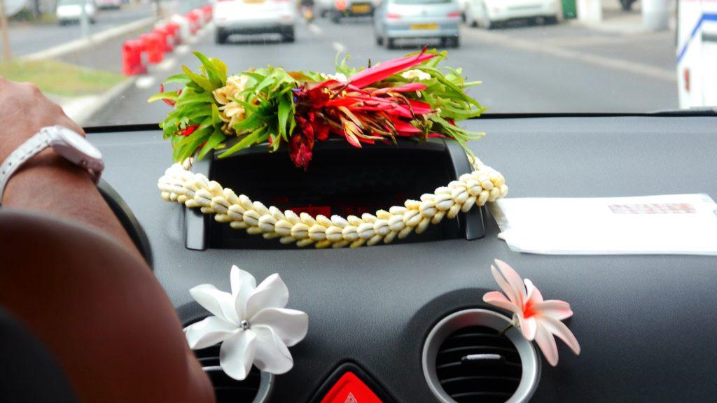 Blumenschmuck der Taxifahrerin