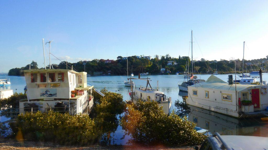 viele wohnen hier auch in Bootshäusern