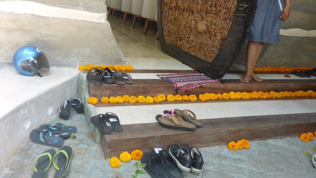 hier heißt es Schuhe ausziehen bevor man das Lokal betritt