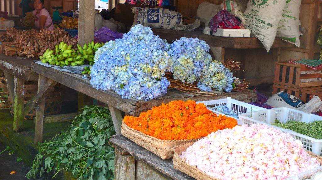 auch Blumen für die Opfergaben werden verkauft