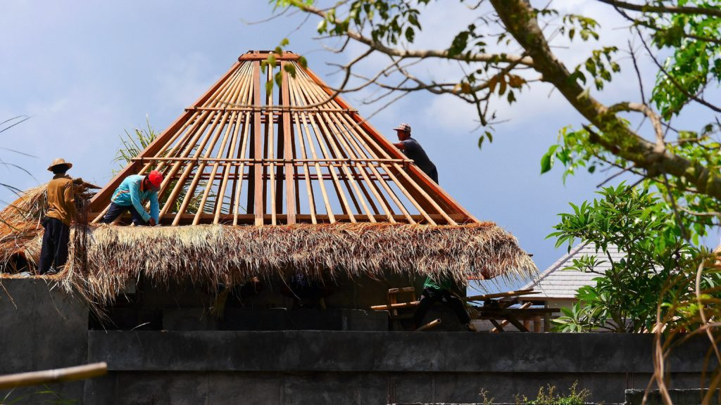 hier wird mit den Grasmatten ein neues Dach eingedeckt.