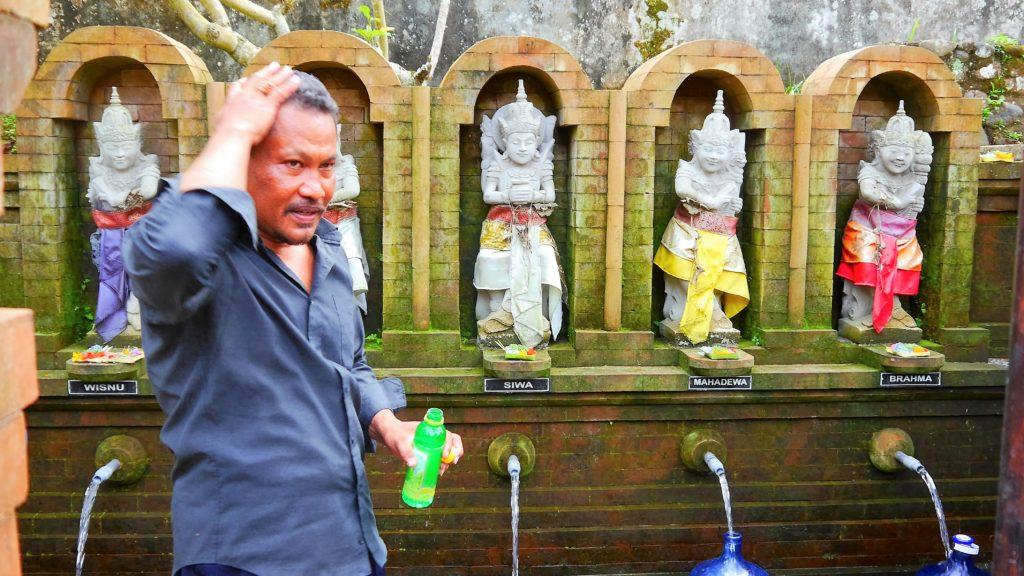 Dewa wäscht sich auch mit dem heiligen Wasser