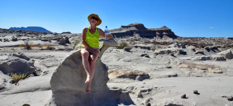 Denkmäler, bunte Felsen und Malereien
