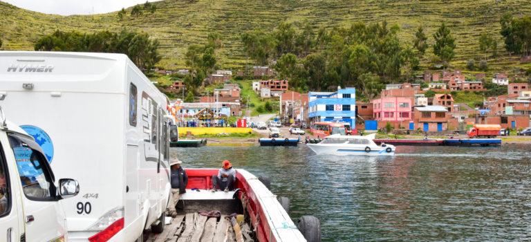 Henriette schwimmt über den Titicacasee