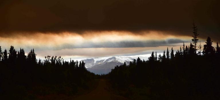 Vom Schilderwald in Watson Lake durch den brennenden Wald am Cassiar Highway