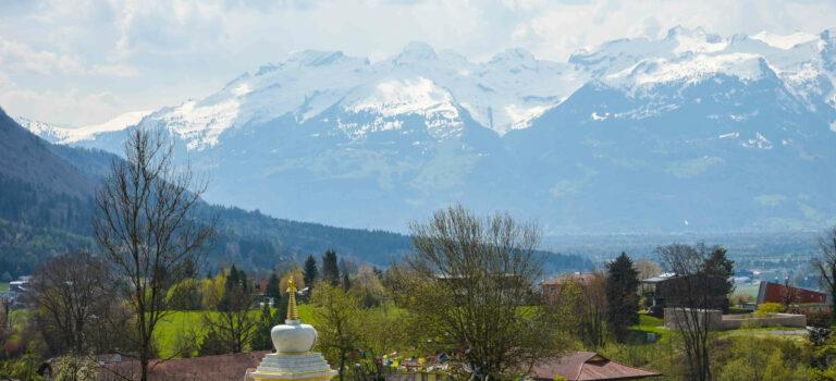 Kraftplatz buddhistischer Mönche und wunderbare Aussicht auf die Montfortstadt Feldkirch