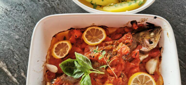 Forelle aus dem Ofen mit Tomaten